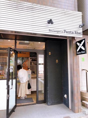 深川江戸資料館通り商店街にある「Boulangerie Panta Rhei(ブーランジェリー パンタレイ)」は、通りの街路樹と下町風情が残る街並みにしっくりとなじむスタイリッシュなお店です。