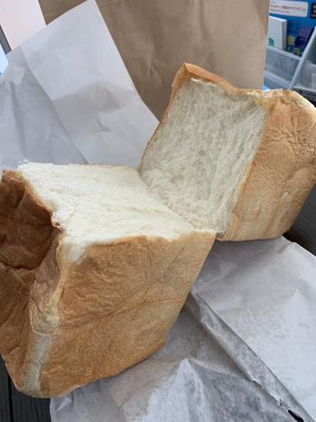 北海道産の小麦とバター、牛乳、練乳を使っていて甘い香りとふんわりとした食感が特徴の「北海道食パン」が1番人気です。焼き立てを購入したい方は、SNSをチェックするのがおすすめ。焼き上がり1時間後であれば、好みの厚さにカットしてもらえますよ。