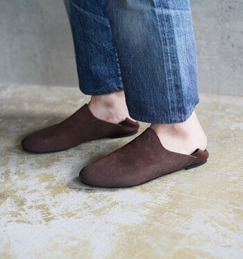 カウレザーを素材に使用し、シンプルながらも大人っぽさを感じさせるデザインのスリッポンシューズです。ルームシューズと名付けられている通り、室内でも履ける一足。ソールがきちんと貼られているので、外履き用としても活用できます。かかとを踏んでも履ける仕様で、着脱も楽ちん。カラーはダークブラウンとブラックの2色から選べます。