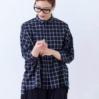 たっぷりワイドな身幅のボックスシルエットのチェック柄ブラウス。短め丈&小さな襟が可愛らしく、全身のバランスよく着こなせます。モノトーンカラーもシックでおしゃれです。