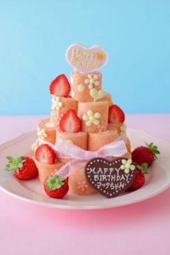 こちらは、ロールケーキは苺の一種類ですが、ピンク色やいちごでキュートにまとめています。飾りチョコは、コルネを使って花型にかたどった手作り。メッセージプレートも誕生日らしい演出ですね。