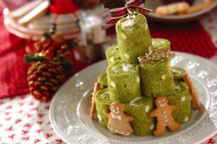 抹茶の和風テイストが楽しめるロールケーキタワーです。中に餡ペーストを塗ったり、仕上げにきな粉をふるのもいいアイデア。アイシングクッキーを飾ると、ぐんとおしゃれな雰囲気になりますね。