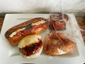 店内には、お惣菜パンからハードパンなど、100種類以上のレシピから作られる定番や期間限定パンなどがたくさん並んでいます。店主だけでなくスタッフのアイデアも取り入れて考案しているそう。アットホームな雰囲気が伝わるパンは、どれもやさしい味わいです。