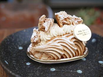 東武東上線の大山駅徒歩5分のところに位置する洋菓子店「マテリエル」は、洋菓子の世界コンクールで多数の受賞歴を持つシェフパティシエのお店です。テイクアウトのケーキはもちろん、7月からはイートインでは皿盛りデザートもスタート。芸術的に盛り付けられたアイスクリームメニューをいただけます。