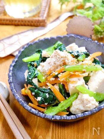 鶏ガラスープの素を使って作る定番のナムルに、豆腐をプラスしたアイディアレシピです。豆腐を加えることで、かさ増しになるだけでなく、栄養価もアップ!なめらかな食感も加わって、また違ったナムルの美味しさが味わえます。冷蔵庫で2〜3日保存できるので、多めに調理して作り置きにしてもいいですね。