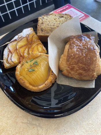 スコーンやアップルパイ、バナナケーキなどのスイーツ系も充実。甘いものでパワーチャージしたい方も、お仕事の合間にランチしたい方も、居心地の良いカフェでゆっくり過ごしてみませんか?