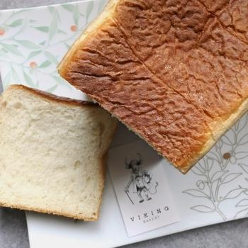 食パンは少し大きめの2斤サイズで販売しています。これは、極薄の耳とパン生地とのバランスを考慮して生み出されたサイズとのこと。スライスされていないので、好みの厚さにカットしていただきましょう。