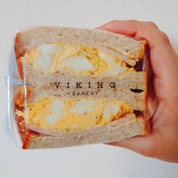 食パンを使ったサンドイッチも人気。こちらは厚切りパンでハムと卵サラダを挟んだ「ジャンボンブラン」で、卵サラダは白身と黄身を分け、白身を焼きこんでいるのが特徴。女性なら1つ食べたらおなかいっぱいになりそうなボリュームです。  ほかにも、旬のフルーツを使った「フルーツサンド」もフォトジェニックと評判。ぜひお店でチェックしてみてくださいね。