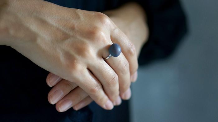 上品に手元を飾ってくれる指輪。色が綺麗なので、宝石がなくても華やかさが生まれます。サイズはスモールとラージの2種類、カラーはそれぞれ、Cosmic Latte・Dusk Navy・Stardust Gray・Bronzeの4種類から選べます。 (写真はスモールサイズ/Dusk Navy)