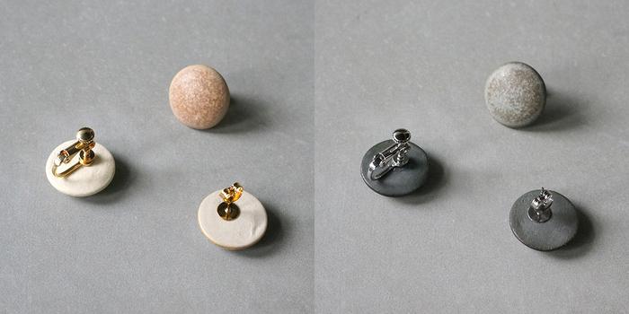 ピアスとイヤリングには、金属アレルギー対応のパーツが使われています。体質に関わりなく安心して身につけられるのは嬉しいですね♪釉薬にマッチしたカラーも素敵。