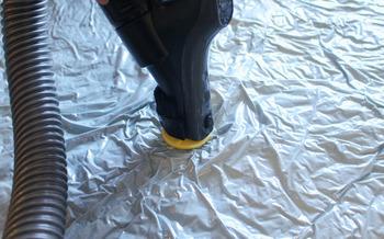 布団用などの圧縮袋はバルブ付きのものもたくさんあります。これは掃除機で空気を吸い取って圧縮するので、簡単にぺったんこにできる反面、掃除機の形状がバルブにあわないと使えないデメリットも。そんな時に役立つアイテムを紹介します。