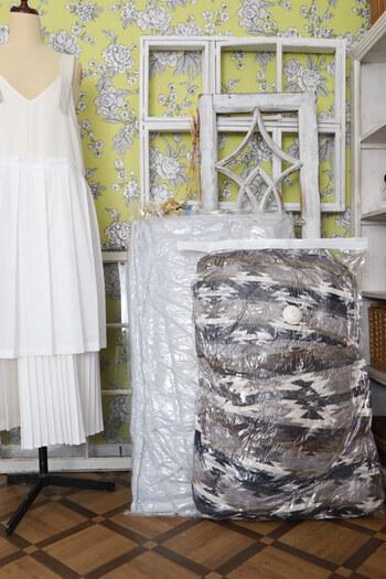 かさばるアイテムのナンバーワンといえば布団ではないでしょうか?冬物の掛布団や毛布などは、家族全員分のものだとかなりの嵩になりますよね。圧縮袋を使えばとってもスリムになって収納方法も広がりますよ。