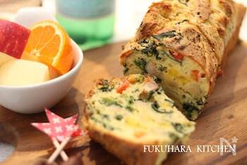 玉ねぎ、パプリカ、ほうれん草を入れたケークサレ。野菜をよく炒めてから入れるとシャキシャキしません。粉チーズの効いたまろやかな味わいです。お好みで少し砂糖を加えれば、よりおやつ寄りの味になります。