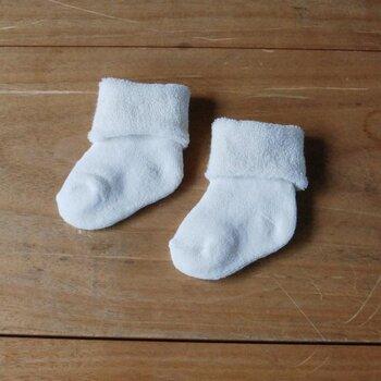 オーガニックコットンの糸で丁寧に編まれた、白いシンプルなパイルソックス。履き口にゴムが入っていないので、優しく赤ちゃんの足を包みます。そのままでも折り返しでも使える、便利な一足。