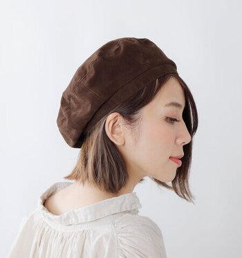 ヘアアレンジに悩みやすい帽子スタイルは、毛先を少しワンカールさせてシンプルに耳かけするだけでも一気におしゃれ度アップ!帽子も一緒に耳にかけると、帽子も外れにくく、髪も崩れにくくなりますよ。
