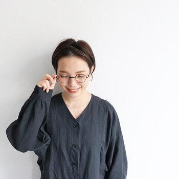 髪が顔にかかると暗い印象になりやすいですが、きっちり耳にかけるだけで清潔感と品が生まれます。メガネをかければ、小顔効果もあるだけでなく、しっかり知的な印象に。
