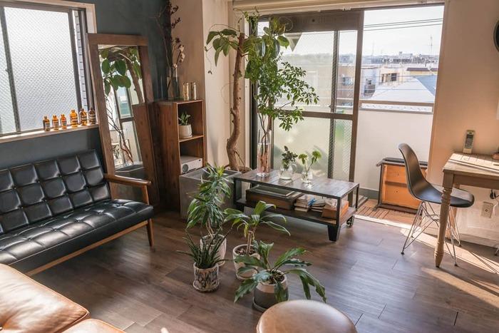 女性でも真似したくなるようなメンズライクなインテリア。 メンズライクにするには木目調の家具と革製品がマスト。 グリーンをふんだんに取り入れて雰囲気を出して、上質な時間を過ごせそうなお部屋です。