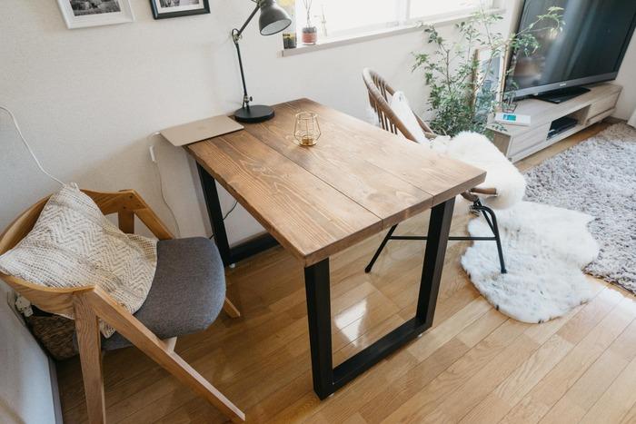 カップルで過ごすお部屋や、新婚さんのお部屋なら小さなテーブルを置いて食事を楽しむのも◎。ワンルームでも食事スペースは別に確保したい!という人にはオススメのコーディネートですね。