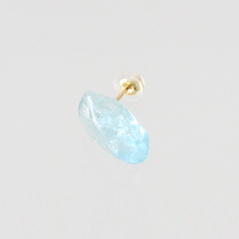 小ぶりでつややかなアクアマリンを耳元に。氷のように涼しげで、飴玉のように可愛らしい。ひとつひとつ形状が違い、左右につけても新鮮な印象を与えるピアスです。
