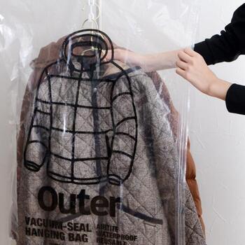 コートにはハンガー付き圧縮袋を使うのがおすすめ!圧縮したまま吊るすことができます。