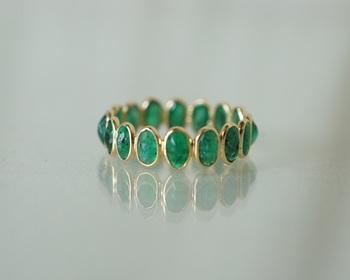 エメラルドをフルエタニティで贅沢にデザインしたリング。凛と光るグリーンカラーで、こんなにふんだんに使われているのに品がある。ずっと眺めていたくなる美しさです。