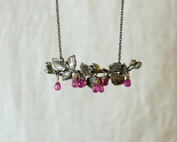 ルビーの色から木苺をモチーフにしたネックレス。ゆらゆら揺れるルビーの木苺のナチュラルな可愛らしさと、真鍮のアンティーク感がなんともおしゃれで個性的です。