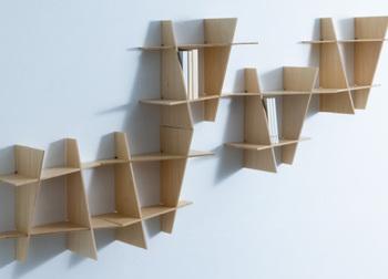 今を時めく建築家、隈研吾さんと中川政七商店がコラボレーションした飾り棚です。日本の組木の技法に幾何学的な解釈を加えて、シンプルで表情豊かな棚を作りました。