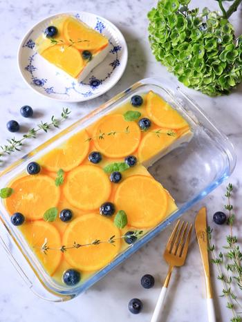 レアチーズケーキに冷凍オレンジで作った爽やかなゼリーを重ねた夏らしいひんやりデザートです。スッコップタイプなら切り分けやすく、後片付けやトッピングも楽々。