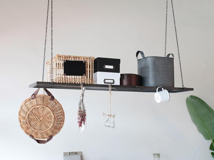 お洒落なショップで見かける天井からの吊り下げ収納、お家で挑戦することもできます。キッチンやリビングテーブルの上に配置するのがおすすめです。