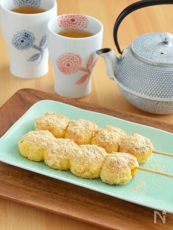 柔らかな黄色がかわいい、とうもろこしのおもちレシピ。レンジ加熱したとうもろこしに材料をまぜ、最後はフライパンで焼き色を付けます。香ばしさと優しい甘さがやみつきになりますよ。