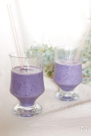 冷凍ブルーベリーを使った鮮やかなスムージーです。バナナとヨーグルトを入れて、腹持ちと栄養価もUP!おやつだけでなく、忙しい日の朝ごはんや小腹が空いたときにもぴったりです。