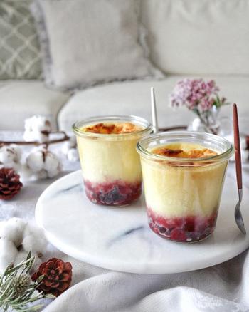 優しい甘みのスフレにすっきりとした冷凍ベリーを入れることで、バランスの取れた本格デザートに。ベリーは軽く解凍してグラスに準備しておくだけでOK。焼き上がったスフレは、熱々を冷ましながらいただきます。