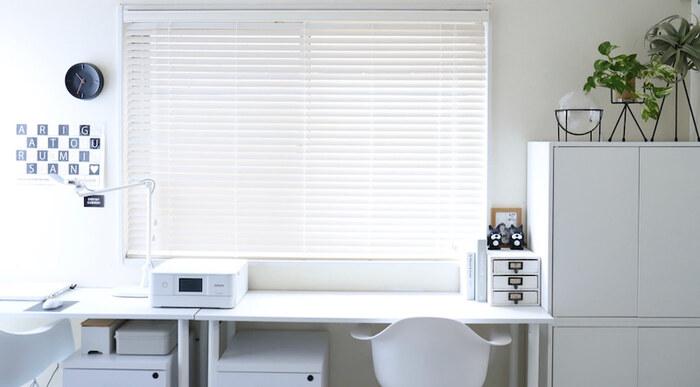 お部屋をスッキリ見せるためにも、収納アイテムの色は統一させるのがポイント。なかでも、白で揃えれば視覚的にも広く見える効果があるので、狭いお部屋であればなおおすすめです。