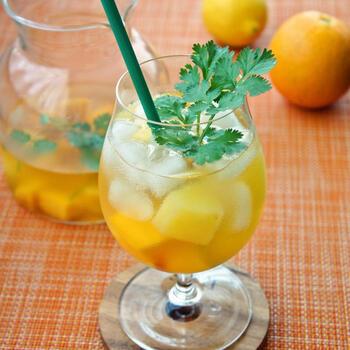 キンキンに冷えた冷凍フルーツは、飲み物の氷がわりにも最適!夏らしいビネガードリンクにパイナップルやマンゴーをたっぷり入れれば、デザート感覚で楽しめる一杯に。
