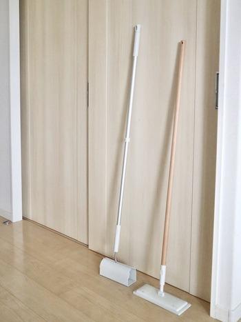 掃除用品はインテリアに馴染むシンプルなものを選ぶことで、出しっぱなしでもごちゃつきません。常に見える位置に置いておくことで、汚れが気になった時にすぐ掃除ができるなど、掃除をするハードルが下がることもメリットになります。