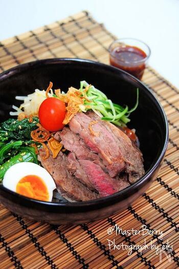 お肉がのったがっつり食べられるビビン麺。大満足なボリュームですね。ステーキ用のお肉はやわらかく仕上げましょう。