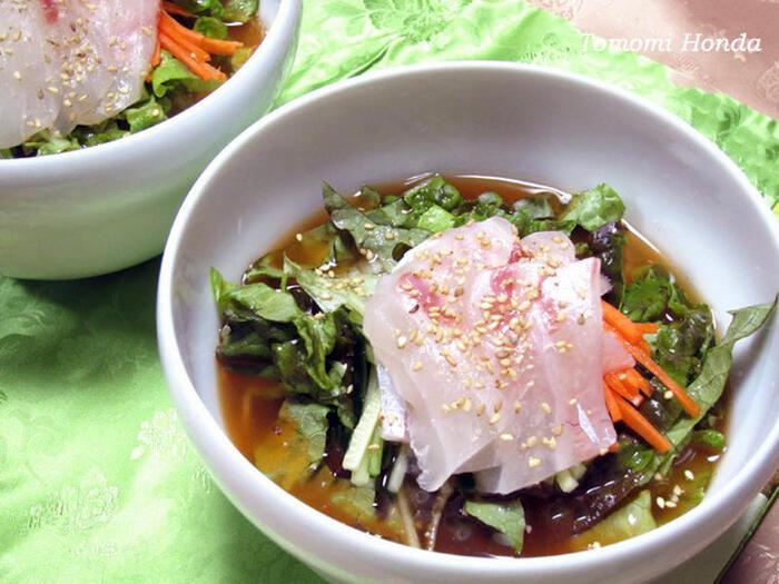 水刺身とは、韓国の中でも海産物が多く取れる地域の郷土料理です。刺身や野菜などが入っており、冷たいスープと一緒にいただきます。