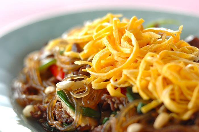 韓国春雨を使ったチャプチェ。お肉や野菜も一緒に食べられるレシピです。韓国春雨が手に入らないときは、緑豆春雨を使っても大丈夫ですよ。