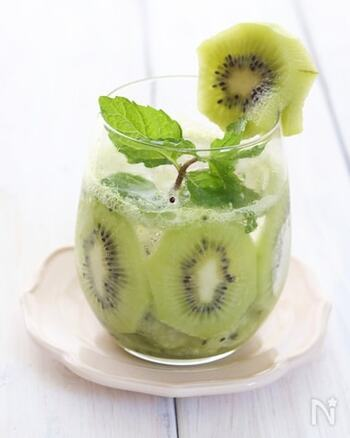 韓国で人気の、炭酸水や水にフルーツなどを入れて作るドリンク、フルーツエイド。キウイを輪切りにしてグラスにくっつけると見た目もキュート♪