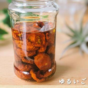 ドライトマトのオイル漬けに唐辛子をプラスしたチリドライトマト。ピリッとした辛味が料理にアクセントを加えます。