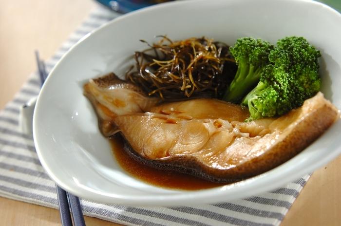 切り昆布を戻さずに使えるレシピです。カレイの煮付けの仕上げに加えて少し煮るだけで、手軽に切り昆布を食べることができます。「汁気のある料理の付け合わせ感覚で使う」というアイデアは、ほかの料理にも応用できそうですね。