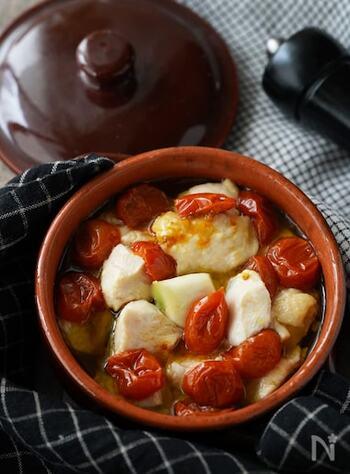 鶏むね肉とセミドライトマトを使ったアヒージョです。トマトの旨みが染み込んだオイルにパンを浸して召し上がれ♪