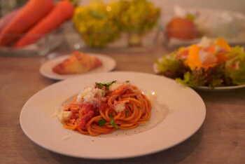 オイル漬けにしたドライトマトは風味も加わって美味しくなり、ピザやパスタ、パンなどいろいろな料理にも使いやすくなります。そのうえオイルにもトマトのいい風味が移るので、オイルも美味しく使えますよ。
