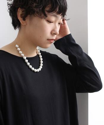 軽いつけ心地が魅力のコットンパールネックレス。大ぶりでもかしこまり過ぎず、気軽に身に付けられます。シックなブラックドレスに合わせてもいいし、ジーンズ&Tシャツに合わせてもかわいい。存在感も十分で気分が上がります。