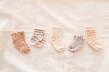 オーガニックコットンを使用した、肌に優しいパイル地ベビーソックス。肌触りなめらかで、表パイル地タイプと裏パイル地タイプとあり、肌の敏感な赤ちゃんにぴったり。カラー展開も豊富でお好みのものを選ぶことができます。