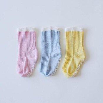 シルクを使用した、滑らかな履き心地で、履かせやすく脱ぎやすいベビーソックス。もも、ラムネ、ばななの食べ物に例えられた色合いで、どの色もかわいく、男の子も女の子も使いやすいリブソックスです。