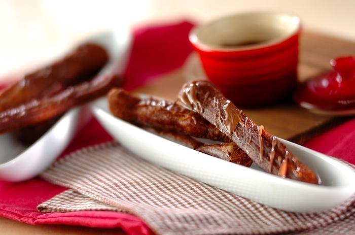 チョコレート好きのあなたは、こちらを参考に。ホットケーキミックスにココアパウダーを混ぜ合わせ、仕上げにスイートチョコレートを添えて。