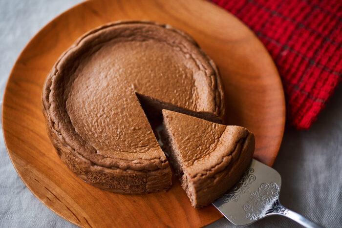 豆腐を使用しているから罪悪感なく食べられるヘルシーチーズケーキ。ココアをプラスしておいしさと風味をアップ。