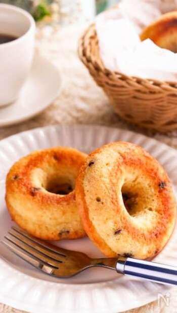 ノンオイルでヘルシーな焼きドーナツ。ホットケーキミックスを使うからお手軽で、生地に豆腐をたくさん練り込んているからとってもヘルシーです。