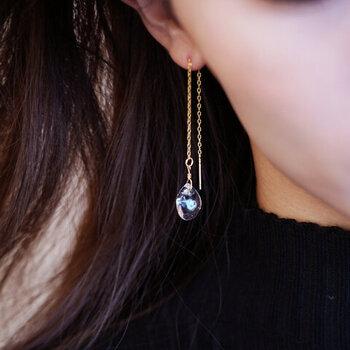 きらめく水滴をイメージしたピアス/イヤリング。透明度の高いガラスピースが揺れる様が儚げで美しく、印象的な耳元を演出してくれます。